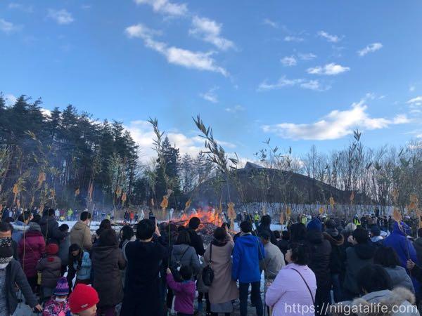 サイノカミで無病息災を願う。スルメを焼く人々でいっぱい!/長岡市歴史博物館