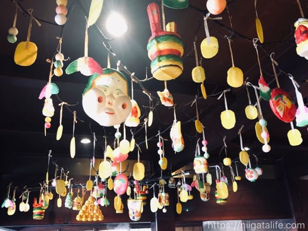江口だんごの恵方巻大福。本店の節分の吊り下げ飾りやかまどの温もり