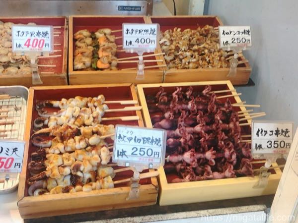 寺泊市場通りのかに汁と浜焼き
