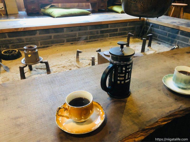 冬直前の六つ季の家で。囲炉裏を囲んで